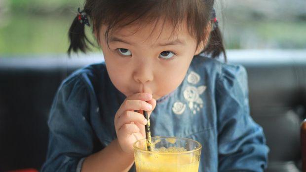 untuk memudahkan minum, anak-anak juga sudah diperkenalkan dengan sedotan