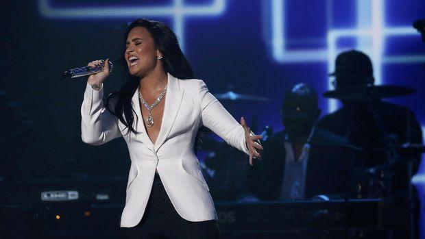 Penggemar pernah menyerbu Demi Lovato di atas panggung dengan brutal.