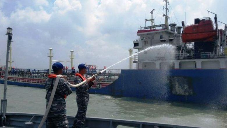 Berangkat Jaga Perbatasan RI-Filipina, TNI AL Padamkan Kapal Terbakar