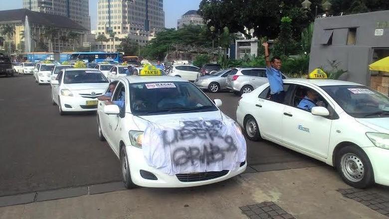 Ribuan Sopir Taksi dan Bajaj Demo di Monas: Yang Legal Kita, Tapi Jadi Rugi