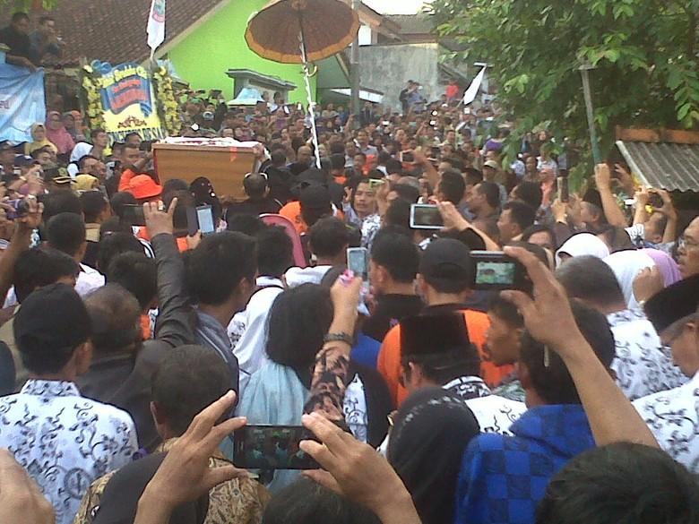 Tangis Keluarga dan Ribuan Guru Pecah saat Jenazah Sulistiyo Dimakamkan