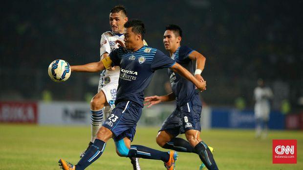 Hamkah Hamzah (kiri) kini masih aktif bermain di PSM Makassar.