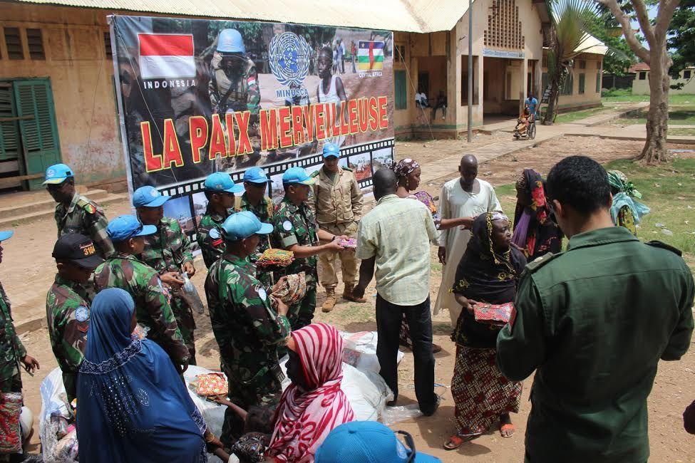 0dbc695d 067f 4351 81e4 92994d5409c5 » Pasukan TNI Bagi-bagi Ribuan Pakaian Batik Di Afrika Tengah