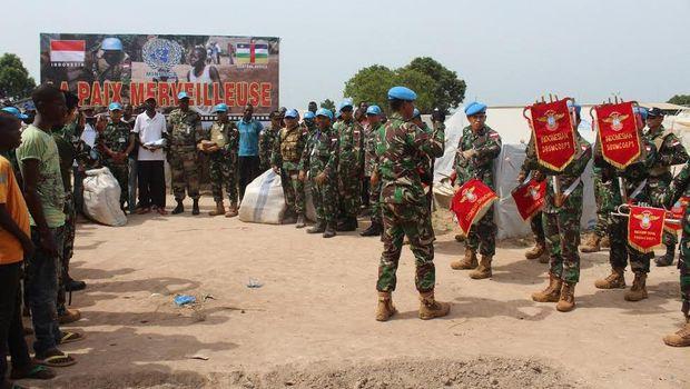 4c61093a d11e 4ef6 8ab1 0d6969ca49f4 169 » Pasukan TNI Bagi-bagi Ribuan Pakaian Batik Di Afrika Tengah