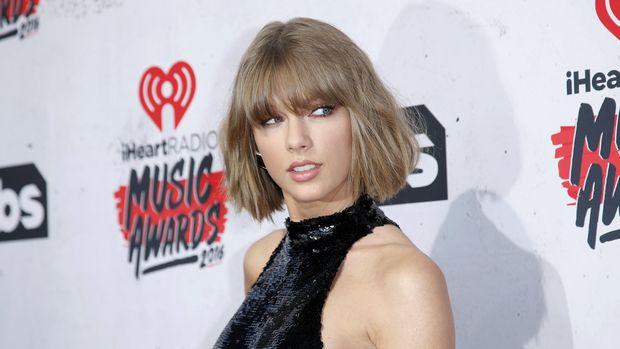 Taylor Swift pernah dihebohkan fan di atas panggung.