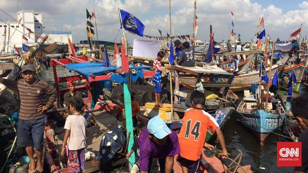 Nelayan Tegal banyak berlabuh di Muara Angke karena kondisi pelabuhan di daerahnya tidak memadai.
