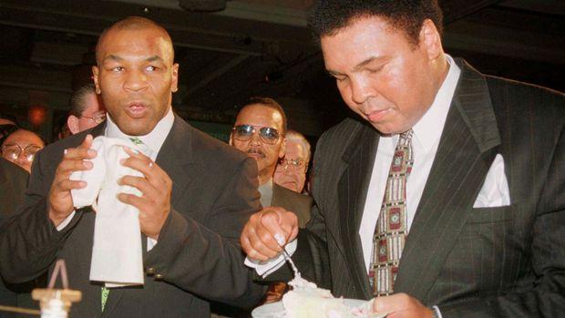 Muhammad Ali (kanan) merupakan idola Mike Tyson.