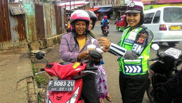 polisi bagikan takjil gratis