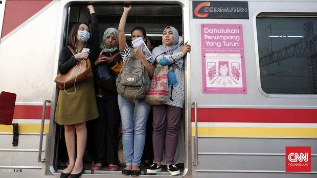 Sejak lama para penumpang KRL jurusan Bekasi-Jakartakota harus berdesak-desakan.