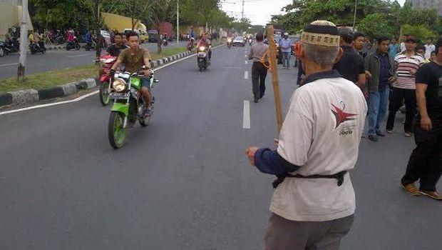 Begini Gaya Kakek Bertongkat Bubarkan Balap Liar di Semarang