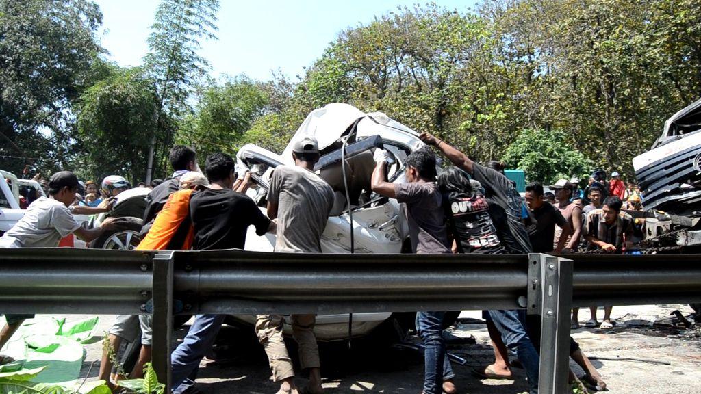 Kecelakaan Beruntun 5 Mobil dan Sepeda Motor, 4 Orang Tewas