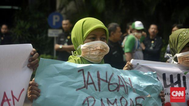 Para petani Cawang Gumilir memprotes operasi PT MHP dengan mendatangi KLHK, September lalu.