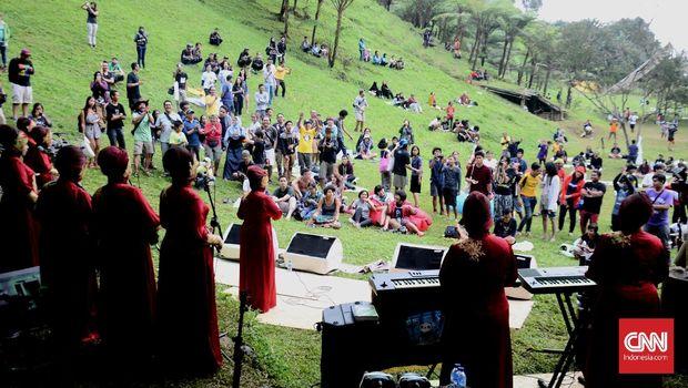 Seperti juga Jazz Gunung, RRREC Fest menghadirkan pengalaman konser musik yang berbeda karena digelar di tempat perkemahan.