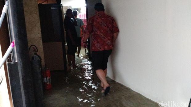 Sebagian ruang di Gedung Balaikota DKI tergenang banjir. (Danu Damarjati/Detikcom)