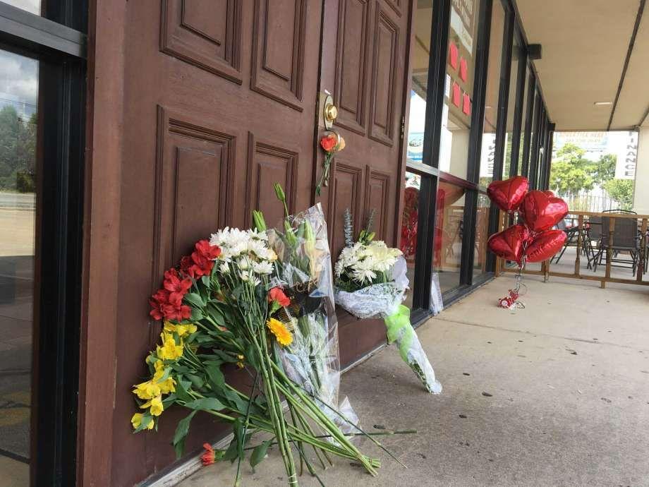 Karangan Bunga di Luar Restoran Keluarga Adrianus di AS