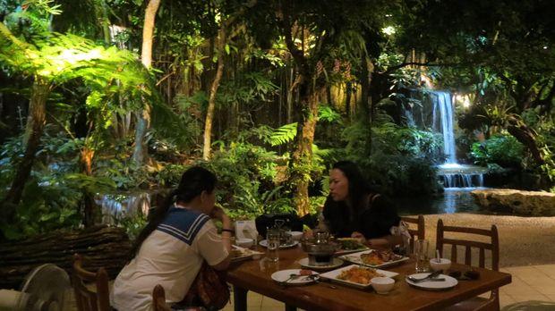 Air terjun buatan di dalam restoran (Fitraya/detikTravel)