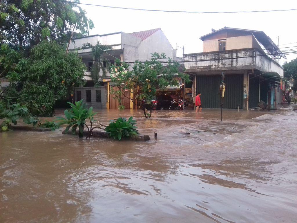 Meski Hujan Reda, Banjir Masih Menggenangi Perumahan di