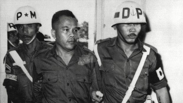 Letkol Untung saat tiba di pengadilan militer untuk diadili atas dugaan keterlibatan dalam Gerakan 30 September.