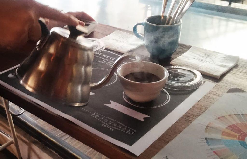 air panas dituang saat cupping kopi