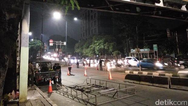 Dishub DKI Bongkar Reklame di JPO Warung Jati