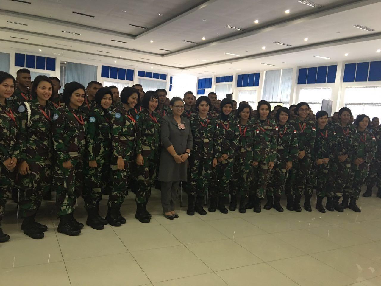 Menlu Retno dengan Pasukan Perdamaian Perempuan di PMPP TNI, Sentul, Jawa Barat
