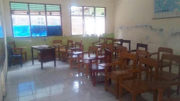 Penjelasan Guru Ambo soal Momen Siswa Merokok dan Angkat Kaki ke Meja