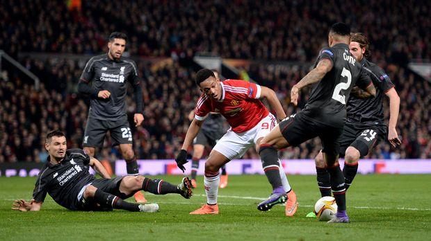 Liverpool akan menjamu Manchester United yang sedang percaya diri di Liga Primer Inggris.