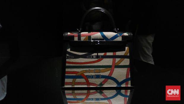 Gaya playful desainer Pierre Hardy tergambar jelas dalam kreasi baru tas Kelly yang berdetail cavalcadour. (Dok. Fandi Stuerz for CNNIndonesia.com)