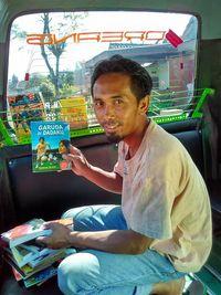 Viral di Medsos, Suami-Istri Ini Dipuji Bikin Perpustakaan di Angkot