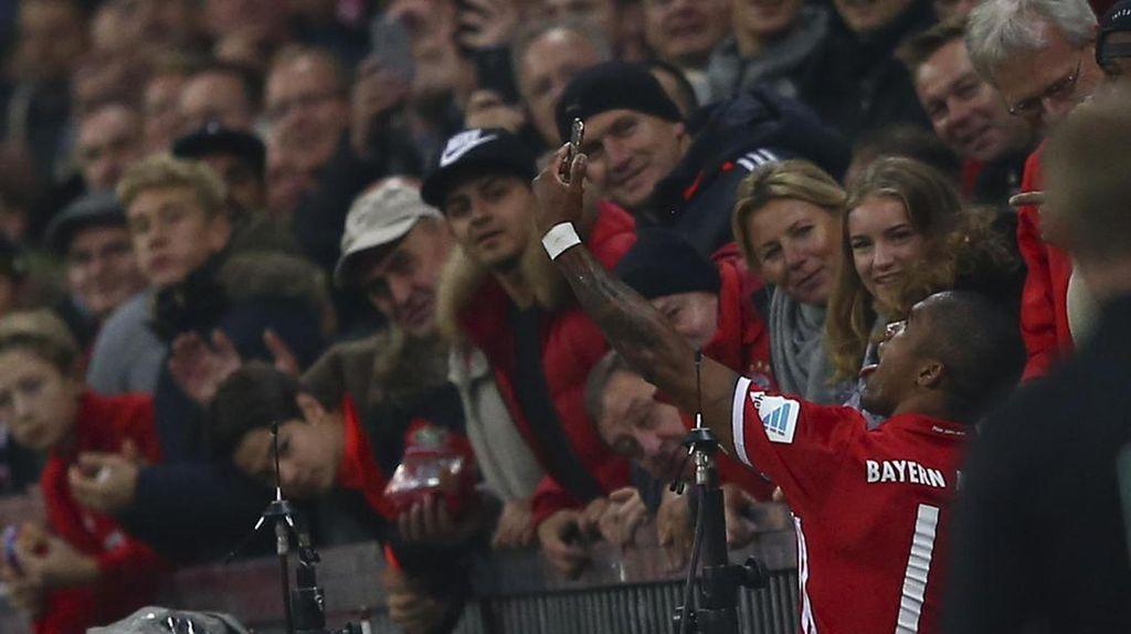 Soal Selfie Douglas Costa, Ancelotti Minta Besok-Besok Diajak Juga