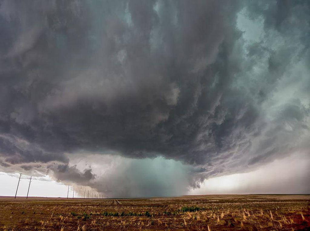 Ekstrem! Ada Paket Wisata Mengejar Angin Topan di AS