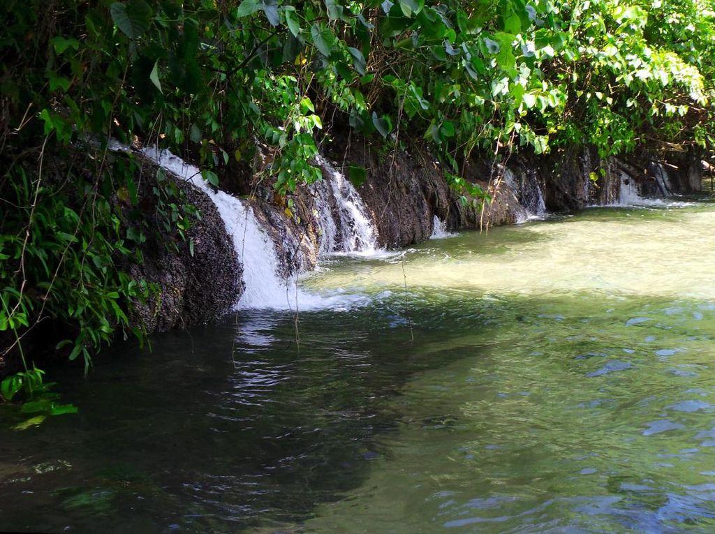 Arawai di Raja Ampat & 4 Air Terjun Keren yang Langsung ke Laut Indonesia