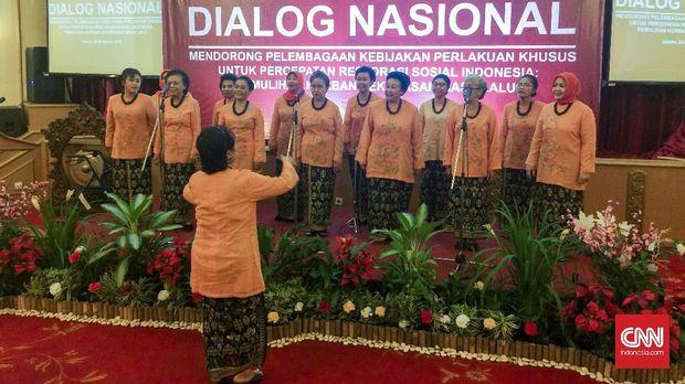 Penampilan Dialita di Dialog Nasional Mendorong Pelembagaan Kebijakan Perlakuan Khusus bagi Korban Kekerasan Masa Lalu.