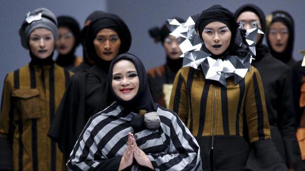 Deretan Perancang Busana yang Olah Tenun Indonesia