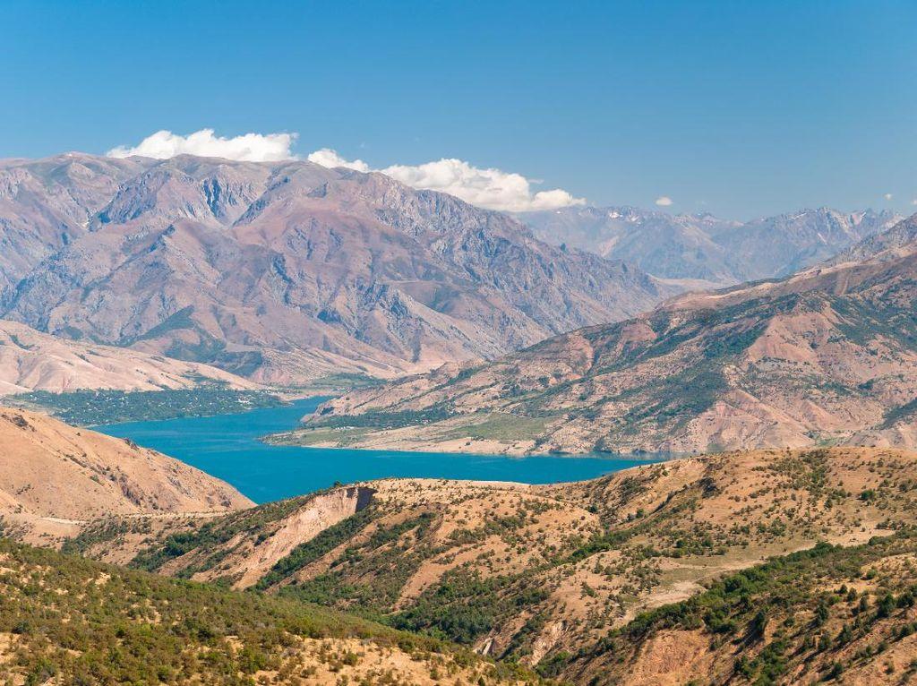 4 Danau di Asia Tengah Ini Indahnya Bukan Main