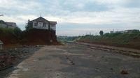 Bangunan yang berdiri menjulang di tengah proyek jalan tol Cijago