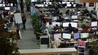 Para karyawan di kantor Xiaomi.