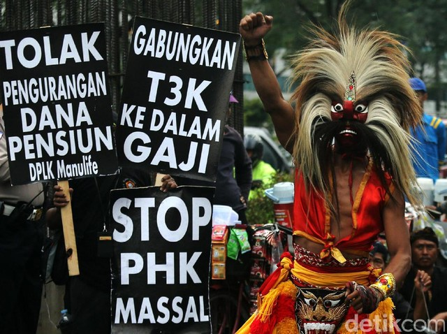 Karyawan Bank Danamon Tolak PHK Massal