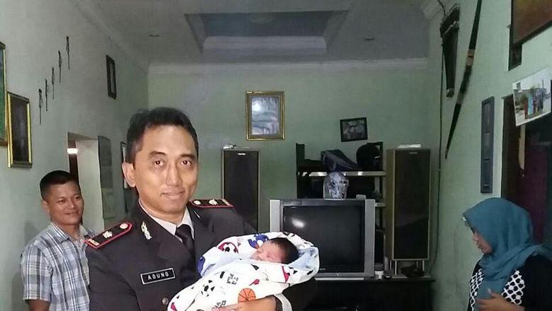 Bayi Laki-laki Dibuang di Kardus di TPS Depok