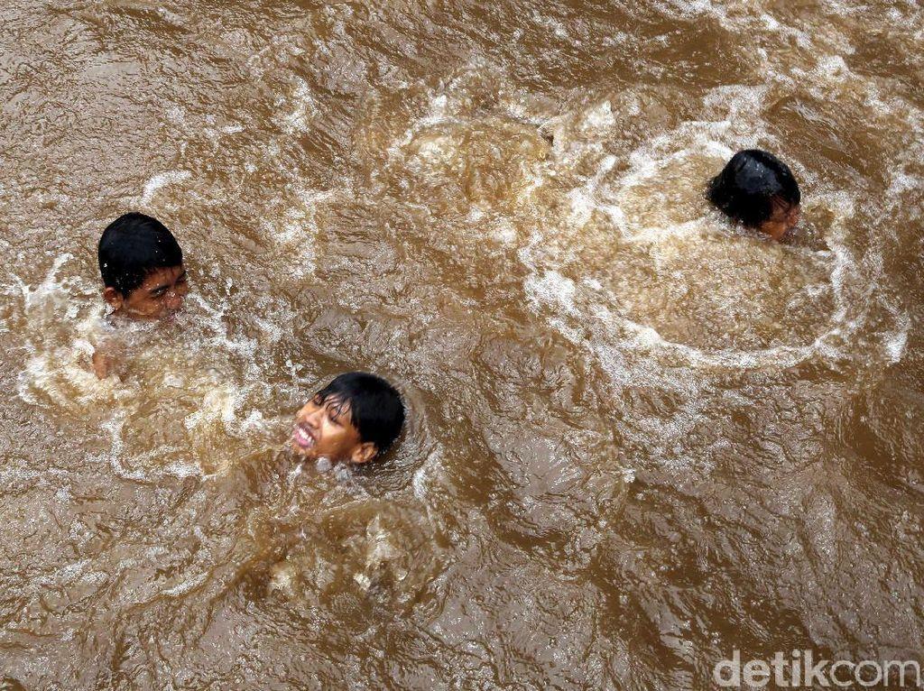 Anak-anak Berenang di Sungai Ciliwung