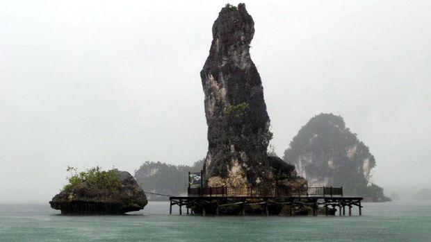 Batu Pensil di tengah guyuran hujan deras (Wahyu/detikTravel)