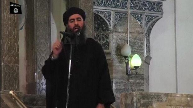 Abu Bakar al-Baghdadi mendeklarasikan kekhalifahannya di Masjid al-Nuri.