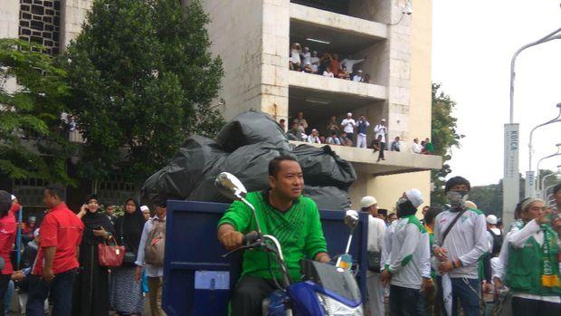 Sampah Berserakan di Masjid Istiqlal, Massa Kerja Bakti Bersih-bersih