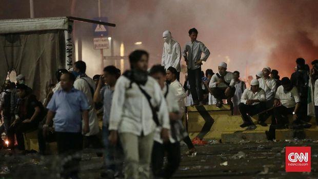 Demonstran anti Ahok mendesak kepolisian menetapkan gubernur itu sebagai tersangka kasus dugaan penistaan agama.
