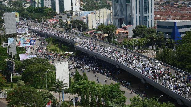 Ribuan orang berjalan saat berunjuk rasa di atas jalan jembatan layang menuju kantor Gubernur Sulsel di Makassar,