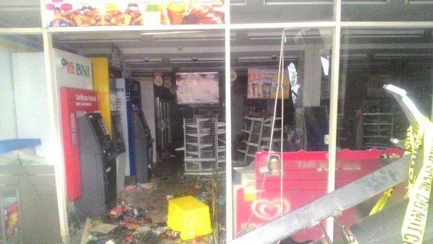 Penampakan Minimarket yang Porak-poranda dan Dijarah Perusuh di Penjaringan