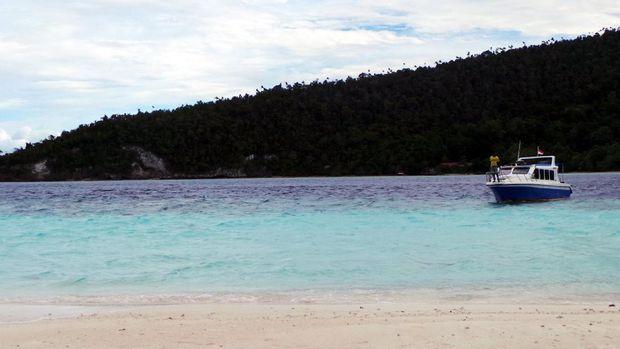 Kapal wisatawan yang lain akan datang juga di Pasir Timbul (Wahyu/detikTravel)