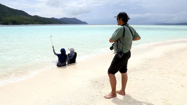 Wisatawan menikmati waktu liburannya di Pasir Timbul (Sukma/detikTravel)