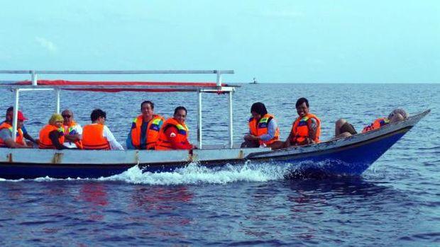 Peserta tur wisata lumba-lumba mengenakan life jacket untuk keselamatan (Bonauli/detikTravel)
