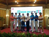 Pegolf Peserta Indonesia Open 2016 di Pondok Indah Golf Course berpose bersama trofi, 15 November 2016. (CNN Indonesia/Titi Fajriyah)